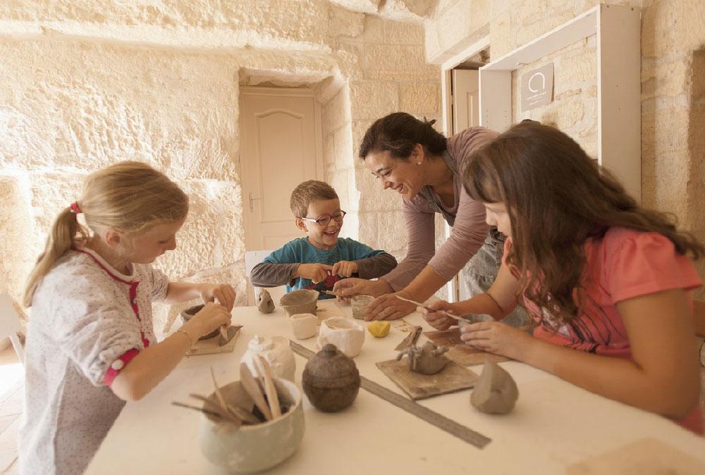 Claire Fréchet pendant un cours de céramique enfants