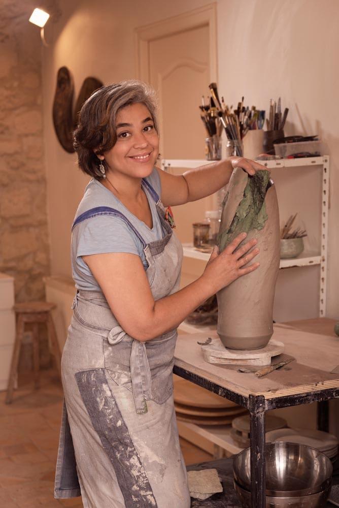 Portrait de Claire Frechet en train de faconner un pièce de céramique