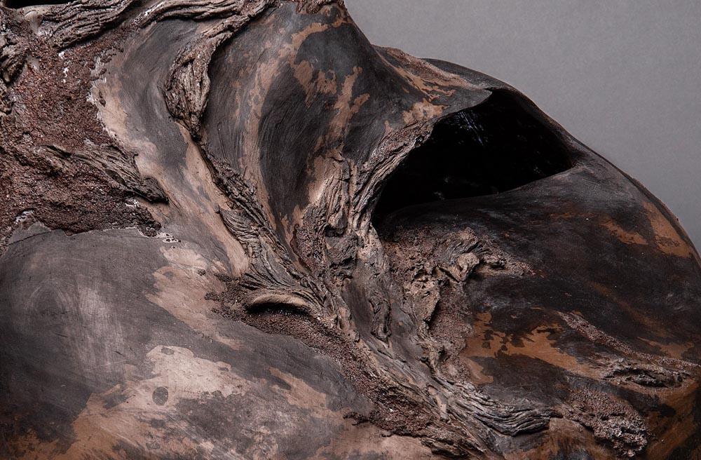 Détail céramique Claire Fréchet, texture de bois fossilisé