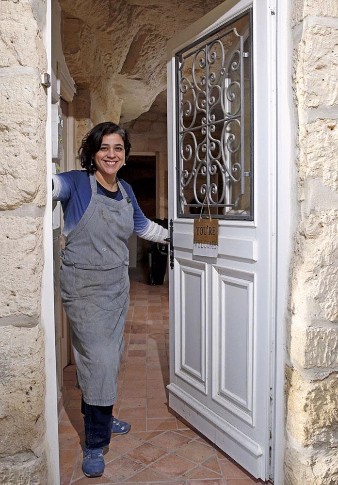 Claire Fréchet sur le pas de la porte de son atelier