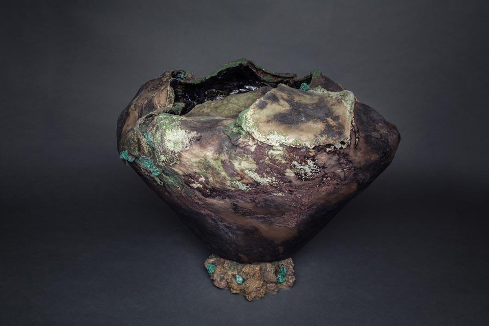 Sculputre en faïence Fréchet incrustée de pierres semi-précieuses.