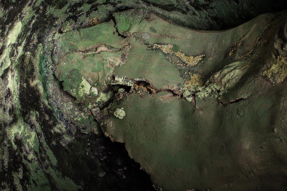 Sculputre en céramique Fréchet polie, aspect végétal, vert de gris.