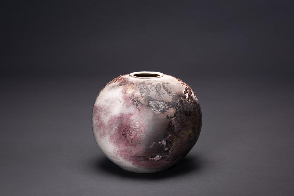 Vase céramique Claire Fréchet en forme de planète, ton brun et rose.