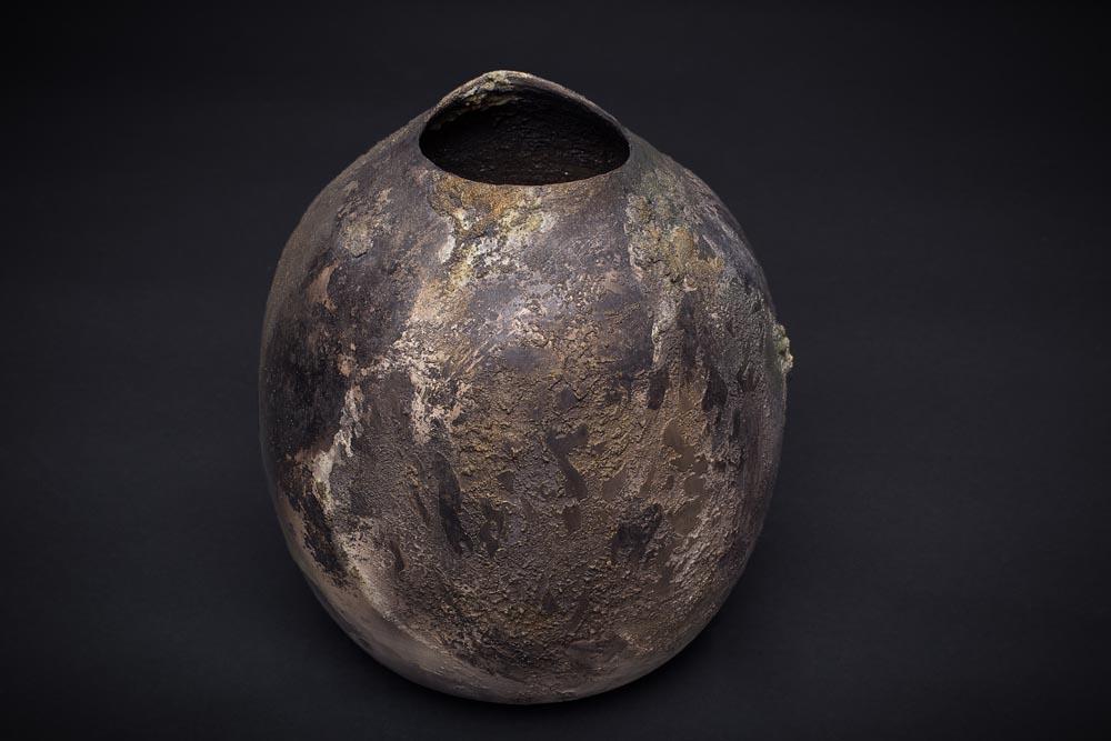 Vase rond irrégulié en céramique Fréchet, ton brun.