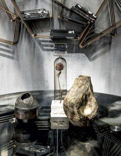 Deux vase en céramique Claire Fréchet sur une table en verre