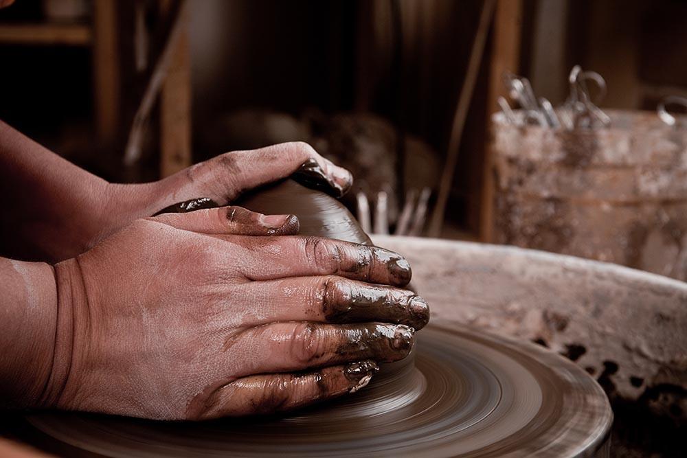 Mains qui façonnent l'argile