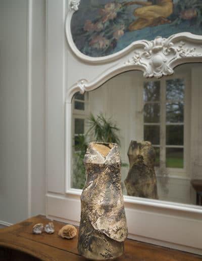 Céramique claire Fréchet décorant une cheminée