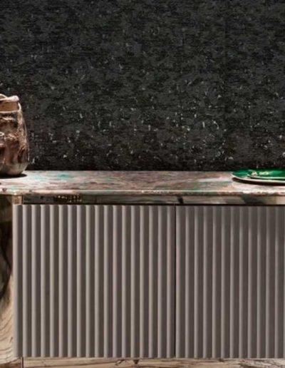 Céramique Orée sur un buffet en marbre